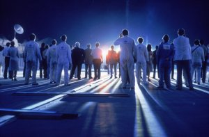 close-encounters-of-the-third-kind-1977-013-crowd-illuminated-by-alien-light